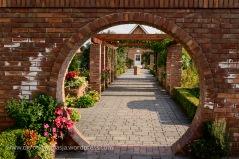Brama przez którą widać dokładnie jak podzielono ogród