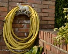 Co powiecie na taki wieszak do węża ogrodowego?